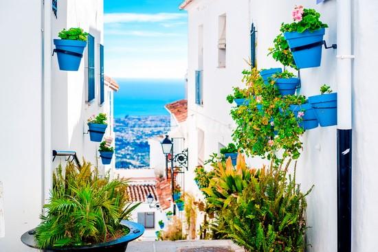 Улица в Греции вид на море