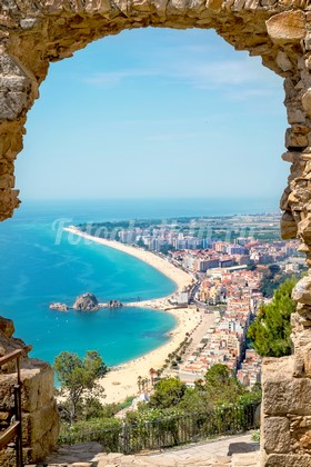 Каменная арка с видом на море