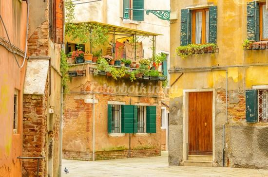 Дворик в старом городе Италии