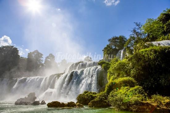 Водопад в солнечный день
