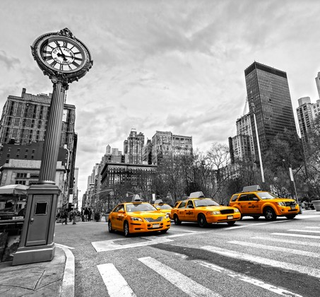 Такси у пешеходного перехода