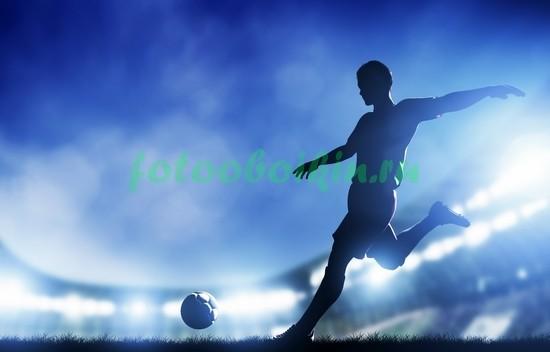Футболист пинает мяч