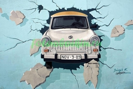 Фотообои Рисунок машина в стене