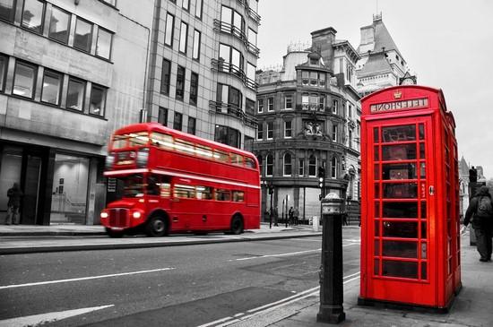 Фотообои Будка телефонная и автобус