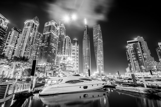 Фотообои Яхта на фоне ночного города