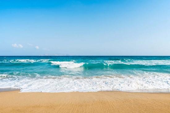 Волны на песчаном пляже