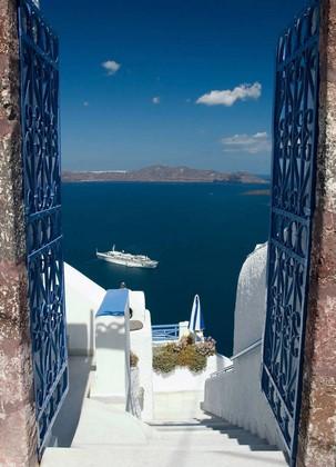 Вид на паром и синее море