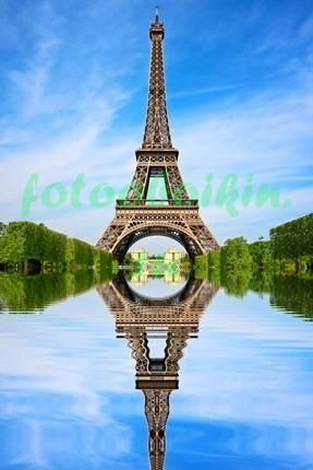 Эйфелева башня отражается в воде
