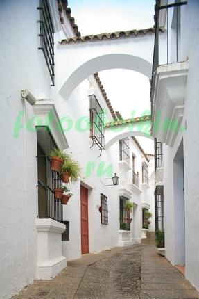 Фотообои Белая улица с аркой