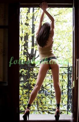 Фотообои Девушка на балконе
