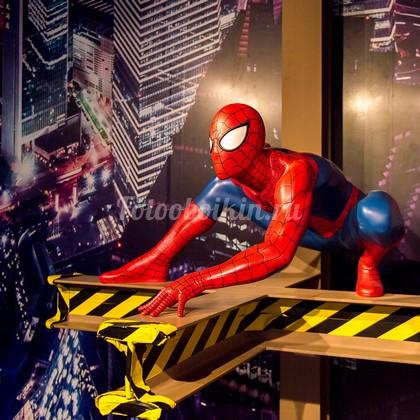 Человек паук над ночным городом
