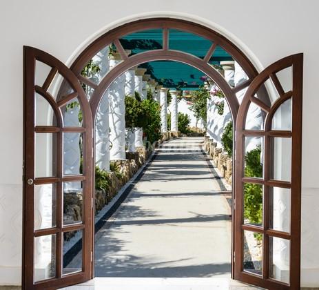 Фотообои Двери с видом на улочку