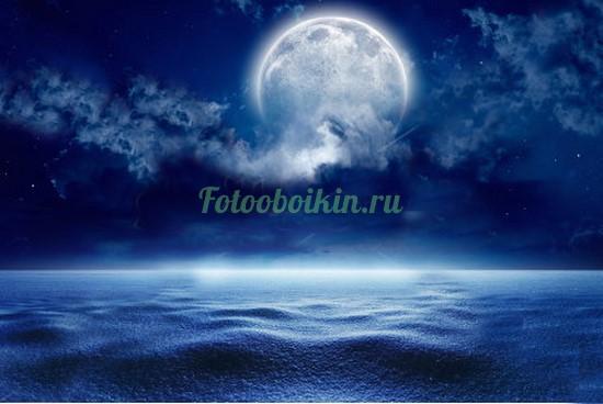 Фотообои Луна в облаках над морем